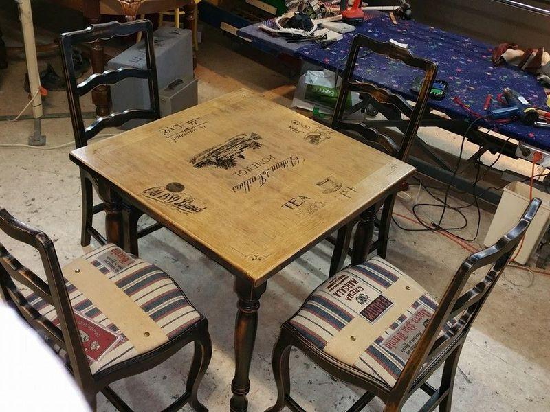 Table carr e et ses quatre chaises ambiance bistrot for Ambiance tables et chaises reims