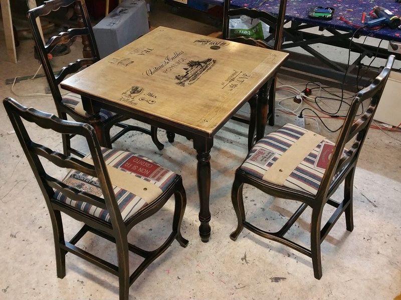 Table ronde et ses quatre chaises patin es patiner table for Ambiance tables et chaises reims